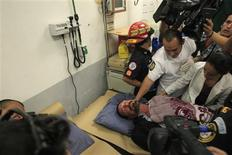 El gurú del software de antivirus John McAfee, quien trata de evitar su deportación a Belice, donde se le quiere interrogar por un asesinato, fue hospitalizado el jueves debido a un cuadro de estrés e hipertensión y no por ataques cardiacos, aclaró su abogado. Imagen de McAfee en un hospital de la Policía Nacional Civil en Ciudad de Guatemala el 6 de diciembre. REUTERS/Jorge Dan López