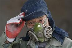 Los líderes de China posiblemente se apegarán a su meta de expansión económica de un 7,5 por ciento de 2012 cuando fijen el rumbo para 2013, permitiendo que mayores niveles de activos fijos de inversión compensen la débil demanda de exportaciones, dijeron fuentes. Imagen del 5 de diciembre de un empleado en una mina de piedra caliza en Quzhou, en la provincia de Zhejiang. REUTERS/Stringer