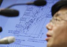Un funzionario della Agenzia Meteorologica del Giappone accanto a uno schermo che mostra la magnitudine di un terremoto. 14 marzo, 2012. REUTERS/Issei Kato
