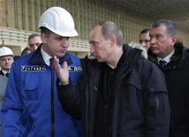 Российский премьер-министр Владимир Путин разговаривает с главой Русгидро Евгением Додом (слева) в присутствие вице-премьера Игоря Сечина (справа) во время визита на Саяно-Шушенскую ГЭС 24 февраля 2010 года. Глава совета директоров госкомпании РусГидро, которая собирается получить в капитал $1,6 миллиарда из бюджета, пытается заблокировать эту сделку, поддержанную президентом РФ, сообщила газета Коммерсант и подтвердил источник Рейтер. REUTERS/RIA Novosti/Pool/Alexei Druzhinin