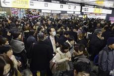 Passageiros aglomeram-se após serviços de trem serem suspensos por causa de terremoto na estação de Sendai, no Japão. 7/12/2012 REUTERS/Kyodo