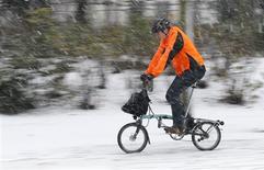 Las intensas nevadas y los fuertes vientos causaron el viernes las cancelaciones de más de cien vuelos en el aeropuerto internacional de Ámsterdam. La nieve está afectando a varios países del norte de Europa. En la imagen, un hombre en bicicleta en medio de la nieve el 7 de diciembre de 2012. REUTERS/François Lenoir