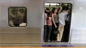 Passageiros pegam metro na hora do rush, em São Paulo. Índice Nacional de Preços ao Consumidor Amplo (IPCA) subiu 0,60 por cento em novembro, com destaque para transportes, cujos preços subiram 0,68 por cento, segundo o IBGE. 10/02/2012 REUTERS/Nacho Doce