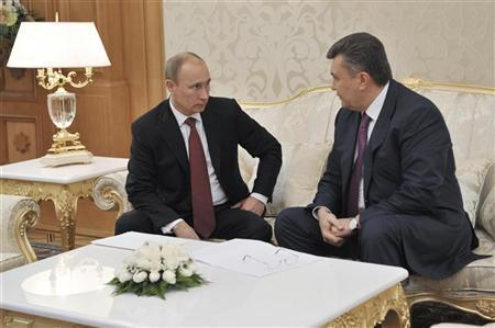 Russian President Vladimir Putin (L) speaks with his Ukrainian counterpart Viktor Yanukovich during their meeting in the Turkmen capital Ashgabat December 5, 2012. REUTERS/Alexei Nikolsky/RIA Novosti/Pool