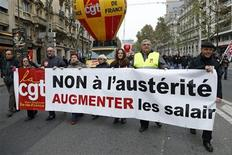 Los salarios medios de los países desarrollados no crecerán más allá de la inflación este año, según las previsiones de la Organización Internacional del Trabajo difundidas el viernes. Imagen de una manifestación de sindicatos franceses contra las políticas de austeridad y pidiendo la subida de los salarios celebrada en París el 14 de noviembre. REUTERS/Benoit Tessier