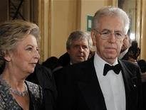 Il premier Mario Monti e la moglie Elsa il 7 dicembre del 2011 alla prima della Scala di Milano. REUTERS/Alessandro Garofalo
