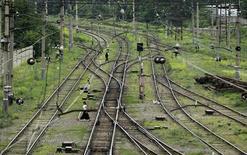 Железнодорожные пути в Тбилиси 7 июня 2012 года. Азербайджан может дать Турции льготный кредит в $1 миллиард на железную дорогу от турецко-азербайджанской границы до турецкого Карса, сообщил журналистам замначальника Азербайджанских железных дорог (АзЖД) Гурбан Назиров. REUTERS/David Mdzinarishvili