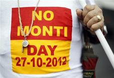 Un manifestante al corteo di Roma contro il governo del premier Mario Monti lo scorso 27 ottobre. REUTERS/Alessandro Bianchi