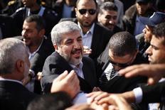 El líder de Hamás, Jaled Meshaal, regresó el viernes a la Franja de Gaza después de 45 años exiliado de tierra palestina, en una visita que muestra la creciente confianza del movimiento islamista tras el reciente conflicto con Israel. En la imagen del 7 de diciembre, Meshaal (centro) estrecha manos de simpatizantes tras llegar al puesto fronterizo de Rafah, en el sur de la Franja de Gaza. REUTERS/Suhaib Salem