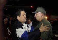 El presidente venezolano Hugo Chávez volvió a sorprender al mundo el viernes cuando retornó a su país desde Cuba, donde se sometió a un tratamiento complementario para el cáncer, al día siguiente de que su ausencia en una cumbre regional acelerara los rumores sobre su estado de salud. Imagen de Chávez (izq.) hablando con el ministro venezolano de Defensa, almirante Diego Molero, al llegar al aeropuerto Simón Bolívar de Caracas el 7 de diciembre. REUTERS/Palacio de Miraflores/Handout