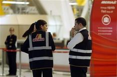 Las negociaciones entre Iberia y los representantes de los trabajadores de la aerolínea española concluyeron sin resultado y los sindicatos mantuvieron los paros convocados a partir del próximo viernes. Imagen de unos empleados de Iberia en el aeropuerto madrileño de Barajas el 9 de noviembre. REUTERS/Sergio Pérez
