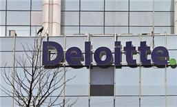 Логотип Deloitte на офисном здании в окрестностях Дели 9 августа 2012 года. Спор между регуляторами США и Китая из-за доступа к аудиту бросает тень на фондовый рынок США, поскольку ряд крупнейших компаний обеспокоены втягиванием в потенциальный кризис отчетности. REUTERS/Parivartan Sharma