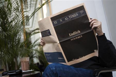 A man reads a copy of the final edition of the Financial Times Deutschland (FTD) in Berlin December 7, 2012. REUTERS/Thomas Peter