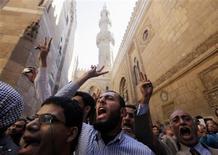 Los líderes de la oposición de Egipto rechazaron el viernes un diálogo nacional propuesto por el presidente islamista para superar la profunda crisis que ha polarizado a la nación y desatado feroces enfrentamientos callejeros en los últimos días. En la imagen, partidarios del presidente egipcio, Mohamed Mursi, y miembros de Los Hermanos Musulmanes corean lemas durante los funerales de partidarios de Mursi muertos en enfrentamientos en torno al palacio presidencial, según medios locales, en la mezquita de Al Azhar, en El Cairo, el 7 de diciembre de 2012. REUTERS/Amr Abdallah Dalsh