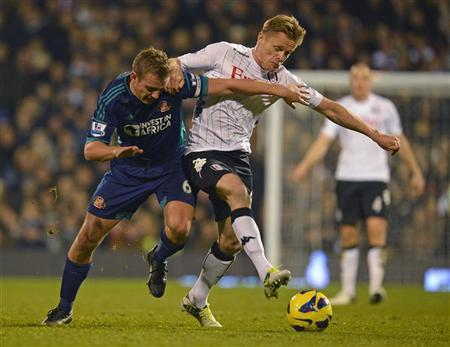 Fulham's Damien Duff (R) is tackled by Sunderland's Lee Cattermole during their English Premier League soccer match at Craven Cottage in London November 18, 2012. REUTERS/Russell Cheyne