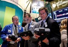Las bolsas estadounidenses abrieron al alza el viernes tras unos datos que mostraron un crecimiento del empleo no agrícola en noviembre mayor de lo esperado, superando unas previsiones negativas por el impacto del huracán Sandy. En la imagen, operadores en la Bolsa de Nueva York, el 11 de octubre de 2012. REUTERS/Brendan McDermid