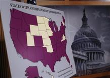Карта США с выделенными фиолетовым цветом штатами, где уровень безработицы превышает 6%, перед пресс-конференцией в Вашингтоне 6 декабря 2012 года. Занятость в США росла в ноябре быстрее, чем ожидалось, но уровень безработицы упал до минимума почти за четыре года из-за того, что люди прекращали поиски работы, а это говорит о том, что рынок труде пока слаб. REUTERS/Jason Reed
