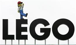 El fabricante danés de juguetes Lego se adentrará aún más en el mundo digital, con más juegos de ordenador y alianzas con franquicias de películas populares, en un momento en el que lucha por crecer en un mercado en declive, dijo su consejero delegado a Reuters. En la imagen de archivo, un muñeco de Lego sobre el nombre de la empresa en la entrada del parque temático Legoland de Billund, Dinamarca. REUTERS/Bob Strong