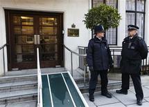 Una enfermera que atendió una llamada telefónica en el hospital londinense donde estaba ingresada la esposa del príncipe Guillermo de Inglaterra por molestias relativas a su embarazo ha sido encontrada muerta, dijo el hospital el viernes. En la imagen, dos policías a las puertas del hospital Eduardo VII donde estuvo hospitalizada Kate Middleton, el 7 de diciembre de 2012 en Londres. REUTERS/Olivia Harris