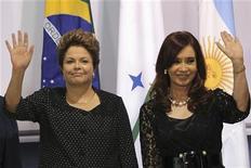 A presidente Dilma Rousseff (E) e a presidente Argentina Cristina Kirchner posa para foto oficial durante a reunião de cúpula do Mercosul, no Palácio do Itamaraty, em Brasília. Países integrantes do Mercosul iniciaram nesta sexta-feira reunião de chefes de Estado em Brasília, sob expectativa de avanços na adesão de Bolívia e Equador como membros plenos, em meio ao aumento de políticas protecionistas de países do bloco. 07/12/2012 REUTERS/Ueslei Marcelino
