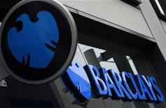 """El banco británico Barclays invertirá en el llamado """"banco malo"""" español como muestra de sus compromiso para ayudar a solucionar los problemas bancarios del país, dijo el viernes una fuente familiriazada con el asunto. En la imagen, el logo de Barclays en una sucursal de Altrincham, en el norte de Inglaterra, el 26 de abril de 2012. REUTERS/Phil Noble"""