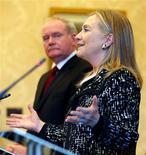 La secretaria de Estado de Estados Unidos, Hillary Clinton, condenó el viernes una serie de episodios de violencia callejera durante un viaje a Irlanda del Norte, diciendo que mostraban que el proceso de paz que ella lleva tiempo apoyando en la provincia británica aún no está completo. En la imagen, la secretaria de Estado de EEUU, Hillary Clinton, en una rueda de prensa junto al viceprimer ministro de Irlanda del Norte, Martin McGuinnes, en el castillo Stormont, en Belfast, el 7 de diciembre de 2012. REUTERS/Kevin Lamarque