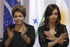 A presidente do Brasil, Dilma Rousseff (esquerda), e a presidente da Argentina, Cristina Kirchner, posam para foto oficial no Palácio do Itamaraty, em Brasília. 7/12/2012 REUTERS/Ueslei Marcelino