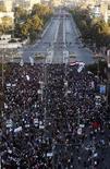 Участники акции протеста у президентского дворца в Каире 7 декабря 2012 года. Десятки тысяч участников длящейся несколько дней в столице Египта акции протеста окружили дворец президента Мохамеда Мурси после того, как сумели прорвать колючую проволоку и, с флагами в руках, взобраться на охраняющие резиденцию танки. REUTERS/Mohamed Abd El Ghany