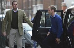 """Príncipe britânico William é visto ao chegar para visitar sua esposa Kate, no hospital King Edward VII, em Londres. O casal afirmou nesta sexta-feira que estava """"profundamente tristes"""" com a morte de uma enfermeira que caiu num trote de uma rádio australiana, que buscava informações sobre a saúde da duquesa enquanto ela estava internada no hospital por causa de uma complicação da gravidez. 06/12/2012 REUTERS/Paul Hackett"""