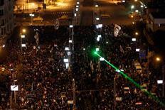 Decenas de miles de egipcios se reunieron el viernes por la noche en torno al palacio del presidente, Mohamed Mursi, tras abrirse paso por las barricadas con alambre de espino y subirse a los tanques del Ejército que protegían el complejo.n En la imagen, manifestantes contrarios a Mursi protestan frente al palacio presidencial en El Cairo, el 7 de diciembre de 2012. REUTERS/Mohamed Abd El Ghany