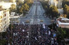 Manifestantes egípcios são vistos em frente a uma barricada de arame farpado que os separava do palácio presidencial no Cairo. Nesta sexta-feira, alguns ultrapassaram a barricada e subiram em tanques do Exército agitando bandeiras. 07/12/2012 REUTERS/Mohamed Abd El Ghany