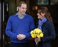 O príncipe William deixa o hospital King Edward VII com sua mulher Catherine, diquesa de Cambridge, em Londres. A enfermeira que atendeu o trote por telefone no hospital de Londres onde a esposa grávida do príncipe William, Kate, estava internada para tratar de enjoos matinais foi encontrada morta, informou o hospital nesta sexta-feira. 06/12/2012 REUTERS/Andrew Winning
