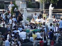 Parentes e amigos comparecem ao enterro do arquiteto Oscar Niemeyer, no Rio de Janeiro. O corpo de Niemeyer foi enterrado no cemitério São João Batista, na zona sul do Rio, na tarde desta sexta-feira após ser velado na capital fluminense e em Brasília. 07/12/2012 REUTERS/Sergio Moraes