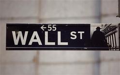 Las acciones estadounidenses lucharon por avanzar el viernes, con otra liquidación en los títulos de Apple golpeando a los papeles tecnológicos y eclipsando un dato del empleo en el país mucho mejor al esperado. En esta imagen de archivo, el signo de la calle Wall Street junto a la Bolsa de Nueva York, el 19 de noviembre de 2012. REUTERS/Chip East