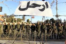 """El Ejército egipcio instó el sábado a las fuerzas políticas rivales a resolver sus disputas a través del diálogo y dijo que lo contrario llevaría al país a un """"túnel oscuro"""", que la institución no permitiría. En la imagen, un cartel en el que se lee en árabe """"Vete"""" en la alambrada del palacio presidencial de El Cairo el 7 de diciembre de 2012. REUTERS/Mohamed Abd El Ghany"""