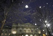 Una immagine del teatro alla Scala durante la nevicata del 7 dicembre a Milano. REUTERS/Alessandro Garofalo