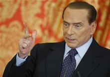 O ex-primeiro-ministro italiano Silvio Berlusconi gesticula em coletiva de imprensa em Gerno, próximo a Milão, Itália. 27/10/2012 REUTERS/Alessandro Garofalo