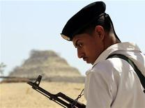 """Um soldado monta guarda com sua arma no principal portão que leva à pirâmida de Saqqara, no sul do Cairo, Egito. As forças armadas do Egito conclamaram as forças políticas rivais do país a resolver suas disputas por meio do diálogo e disseram que, do contrário, o país pode ser arrastado para um """"túnel escuro"""", o que elas não permitirão. 20/09/2012 REUTERS/Mohamed Abd El Ghany"""