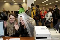 Jeri Andrews (esquerda), 43, e Amy Andrews, 33, fazem seus votos em casamento em Seattle, Washington, EUA. 6/12/2012 REUTERS/Marcus Donner