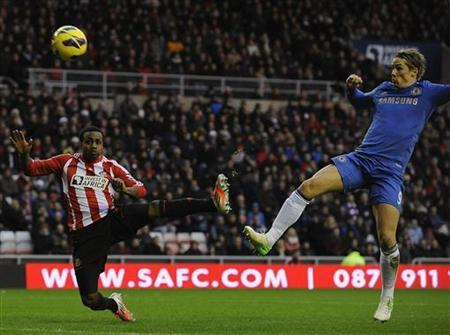 Chelsea's Fernando Torres (R) shoots to score against Sunderland during their English Premier League soccer match in Sunderland, northern England December 8, 2012. REUTERS/Nigel Roddis