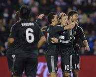 Mesut Özil anotó el sábado un espléndido doblete para sellar la remontada y victoria final por 3-2 del Real Madrid frente al Valladolid, situando a los de José Mourinho dos puntos por detrás del Atlético de Madrid, segundo clasificado. En la imagen, Özil (segundo por la derecha) es felicitado por sus compañeros en Valladolid el 8 de diciembre de 2012. REUTERS/Ricardo Ordóñez