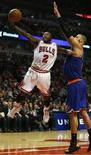 Los Chicago Bulls detuvieron el sábado la racha de cinco victorias consecutivas de los Knicks de Nueva York con un triunfo en casa por 93-85, ampliando el dominio en su cancha frente a los Knicks en el United Center. En la imagen, Nate Robinson, de Chicago Bulls, entra a canasta frente a Rasheed Wallace, de los Knicks, el 8 de diciembre de 2012 en Chicago. REUTERS/Jim Young