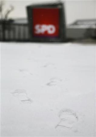 Footprints in the snow lead towards the convention center where Germany's Social Democratic Party (SPD) holds its extraordinary party meeting in Hanover, December 9, 2012. More than 500 delegates are supposed to elect Peer Steinbrueck as the SPD's top candidate for Germany's 2013 general elections. REUTERS/Kai Pfaffenbach (GERMANY - Tags: POLITICS)