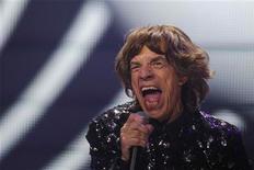 Cincuenta años después de sus primeras 'jam sessions' en Londres, los Rolling Stones dieron inicio a una breve gira para celebrar su aniversario con un vibrante espectáculo el sábado en Nueva York que desmentía su edad - arrugas y nostalgia aparte. En la imagen, de 8 de diciembre, el cantante Mick Jagger durante el concierto de los Rolling en el Barclays Center de Nueva York. REUTERS/Lucas Jackson