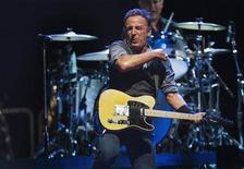 El veterano roquero Bruce Springsteen y la nueva banda de blues-rock Alabama Shakes se han llevado los primeros puestos en la lista anual de la mejor música que hace la revista Rolling Stone, incluyendo a muchos de los principales nominados a los Grammy del próximo año. En la imagen, de 19 de septiembre, Bruce Springsteen actuá en un concierto en Nueva Jersey. REUTERS/Lucas Jackson