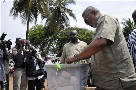 Former Ghanaian president Jerry John Rawlings (R) votes during presidential elections in Accra December 7, 2012. REUTERS/Stringer