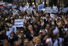 Miles de personas marcharon el domingo por el centro de Madrid en una nueva manifestación en defensa de la sanidad pública y contra la que consideran una privatización encubierta de la atención sanitaria que repercutirá en el paciente. En la imagen, manifestantes en defensa de la sanidad pública marchan el 9 de diciembre de 2012 por Madrid. REUTERS/Susana Vera