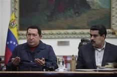 O presidente da Venezuela, Hugo Chávez, fala próximo ao vice-presidente, Nicolás Maduro, durante transmissão em rede nacional no Palácio dos Miraflores em Caracas, Venezuela. 8/12/2012 REUTERS/Palácio dos Miraflores/Divulgação