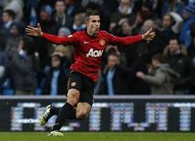 Una falta lanzada en el tiempo añadido por Robin van Persie selló el domingo la victoria por 3-2 del Manchester United en un derbi vibrante frente al Manchester City, situándoles con una ventaja de seis puntos en lo más alto de la Premier League. En la imagen, de 9 de diciembre, el delantero del Manchester United Robin van Persie celebra el gol que le endosó al Manchester City y que supuso la victoria de su equipo por 2-3. REUTERS/Eddie Keogh