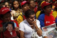 El presidente venezolano, Hugo Chávez, anunció que tendrá que someterse a una nueva operación quirúrgica en Cuba por la reaparición del cáncer que le diagnosticaron a mediados del año pasado. En la imagen, varios seguidores de Chávez le expresan su apoyo en la Plaza Bolívar de Caracas el 9 de diciembre de 2012. REUTERS/Jorge Silva